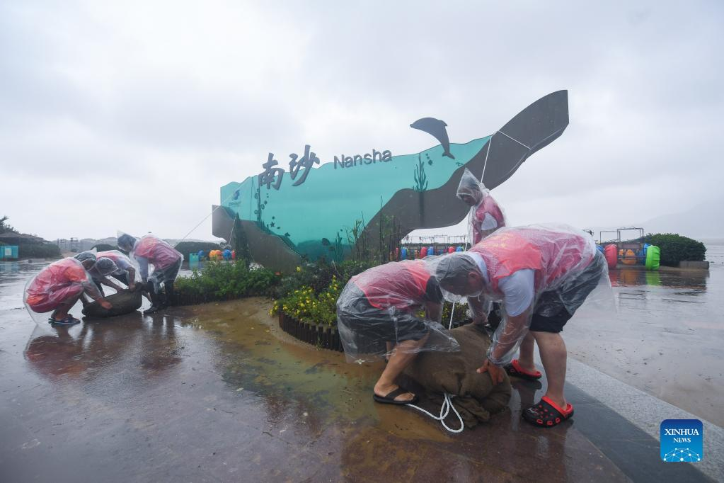 Volunteers place sandbags at the Nansha beach resort in Zhoushan, east China's Zhejiang Province, Sept. 14, 2021. The disaster relief work is underway in Zhoushan as the influence of Typhoon Chanthu weakens. (Xinhua/Xu Yu)