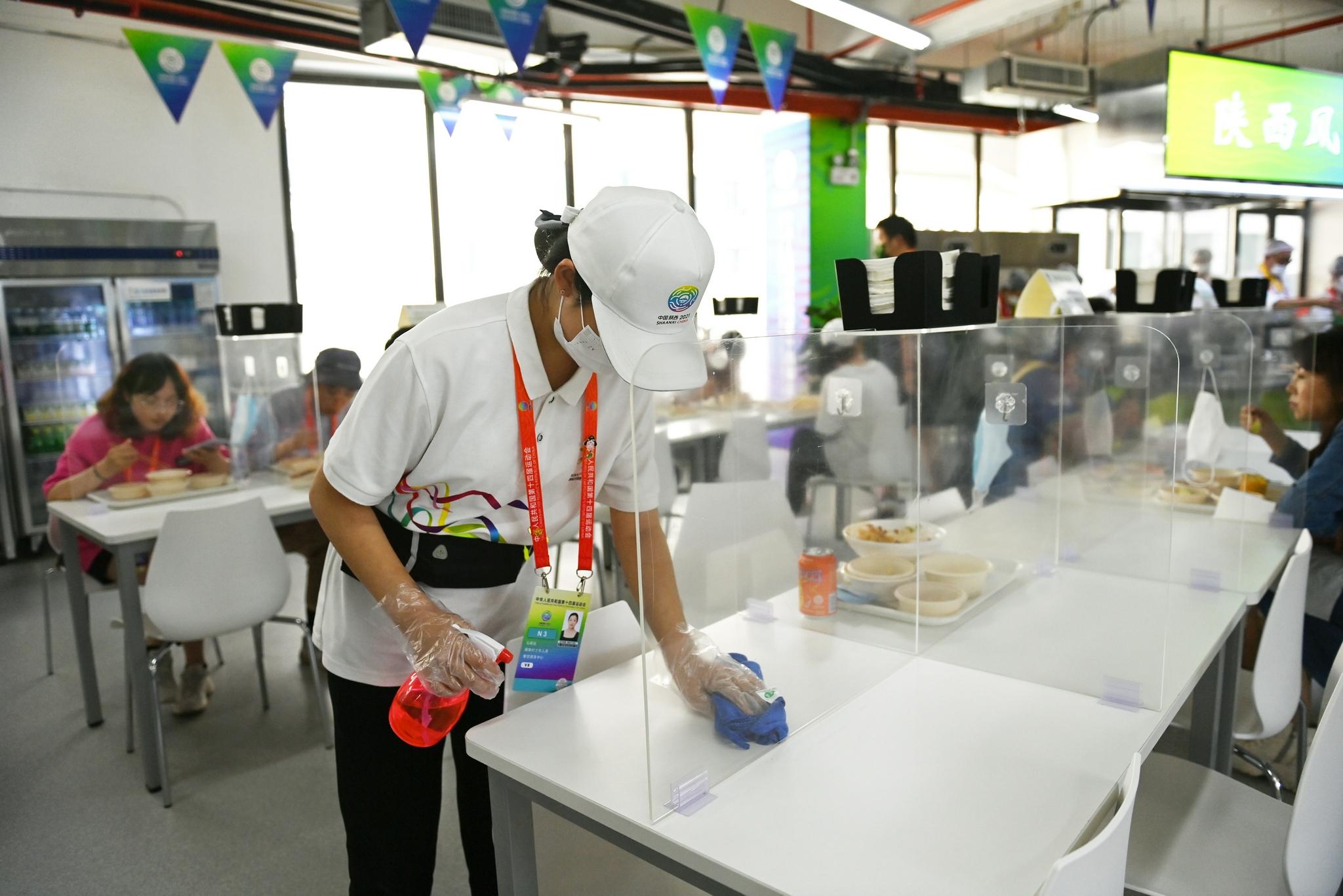 志愿者为食堂消毒。