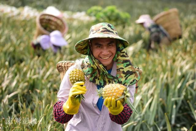 改革开放以来,按照现行贫困标准计算,中国7.7亿农村贫困人口摆脱贫困;十八大以来,到2020年底,中国现行标准下9899万农村贫困人口全部脱贫,832个贫困县全部摘帽,12.8万个贫困村全部出列。图自澎湃影像