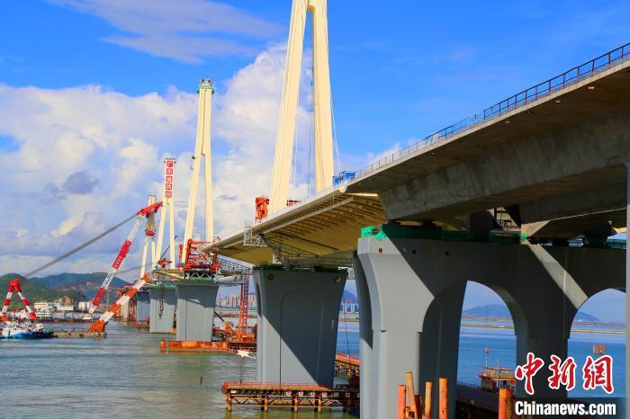 大桥四座钢塔全景。 孟庆虎 摄