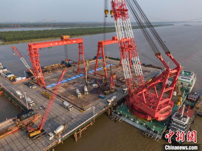 巢马城际马鞍山公铁两用长江大桥钻孔桩全部完工。 张卫东 摄