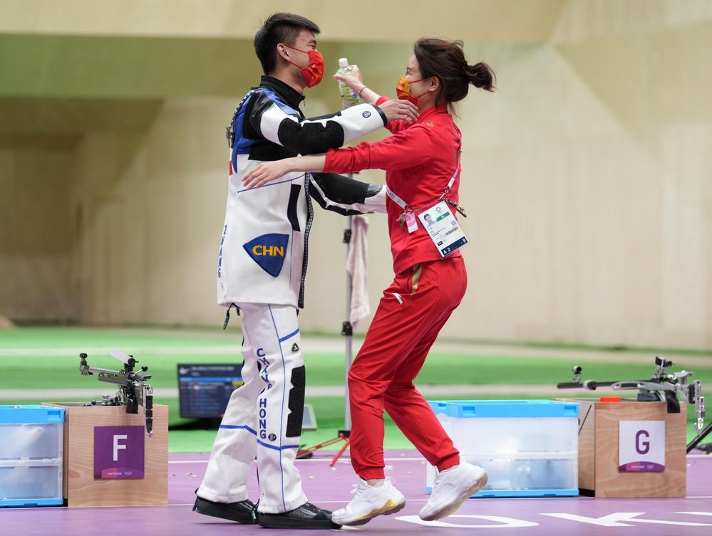 杜丽(右)拥抱弟子张常鸿,庆祝后者东京奥运会夺金。新华社资料图