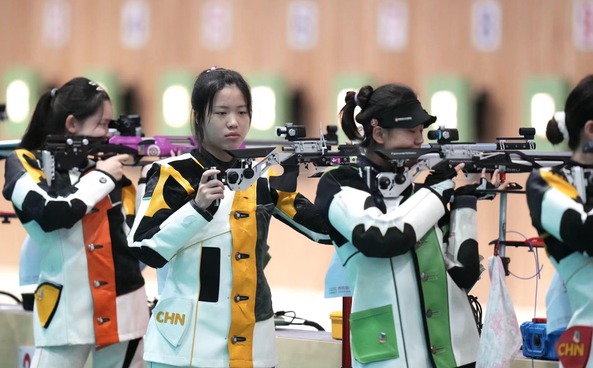 杨倩(左二)在全运会女子10米气步枪预赛中。北京日报客户端记者 刘平 摄