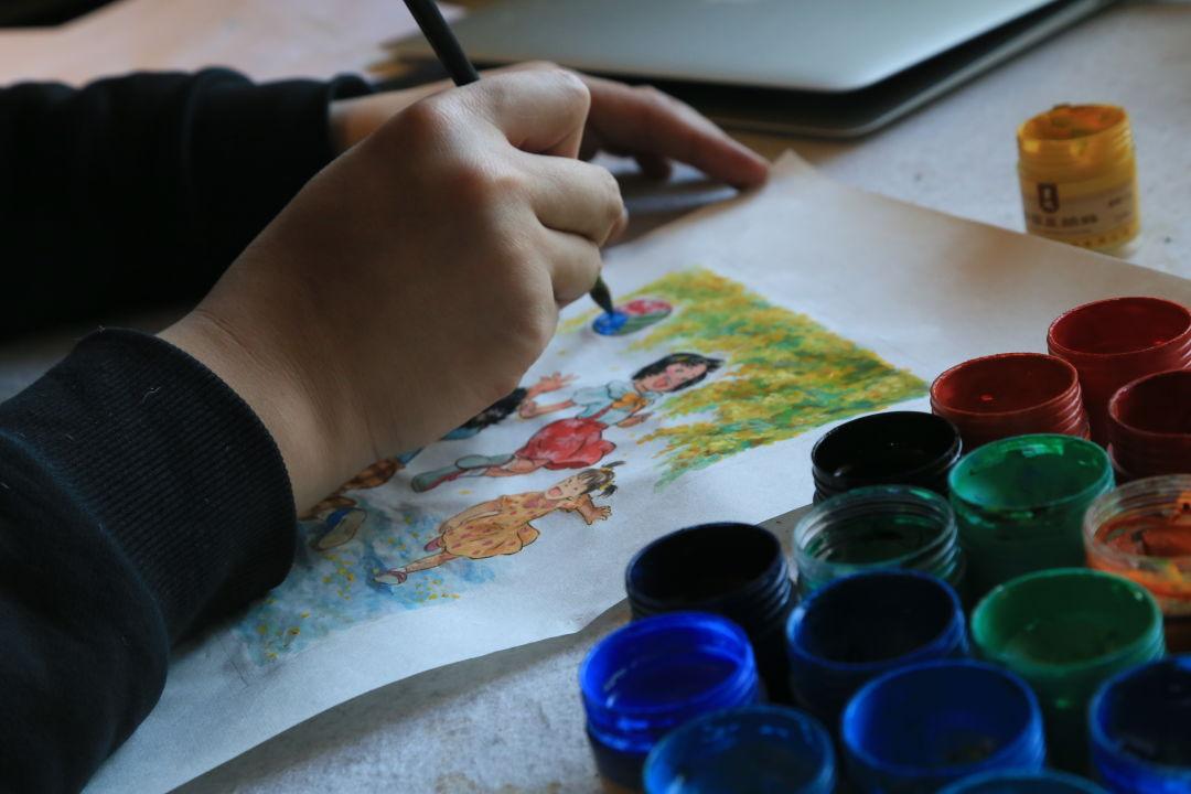 ▲景绍宗绘制《儿童游戏》系列邮票。受访者供图