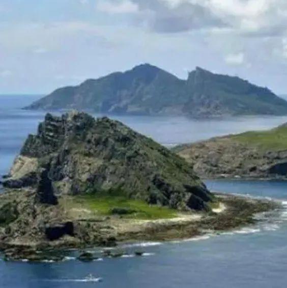 中国海警1302舰艇编队执行在钓鱼岛领海内巡航任务