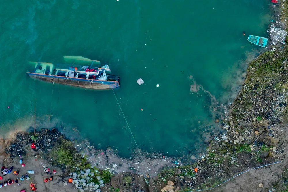 贵州客船侧翻事故搜救持续 涉事客船存超载问题