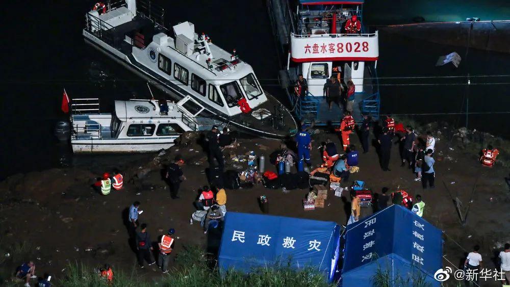 贵州六盘水六枝特区����江客船侧翻船体已拉正 搜救工作正在紧张开展