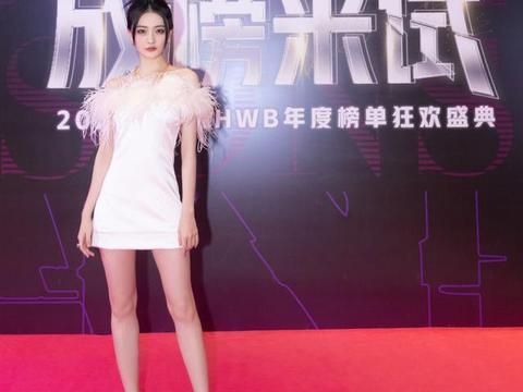 红毯上的徐璐真惊艳,穿抹胸短裙漫画腿抢镜,身材好就是自信