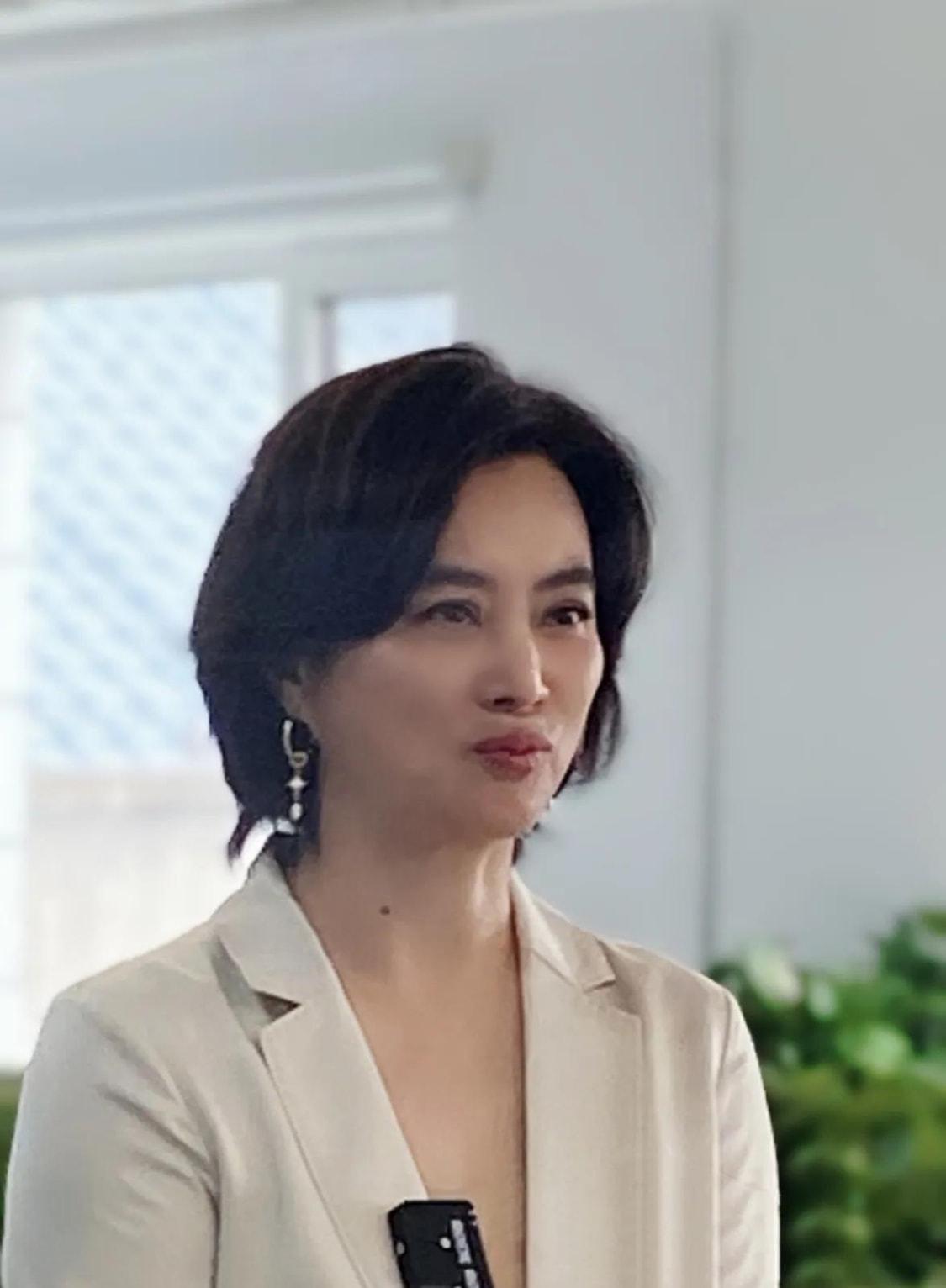 李玲玉就是比普通人穿的漂亮,脸上皱纹一样不少,装少女不假吗?