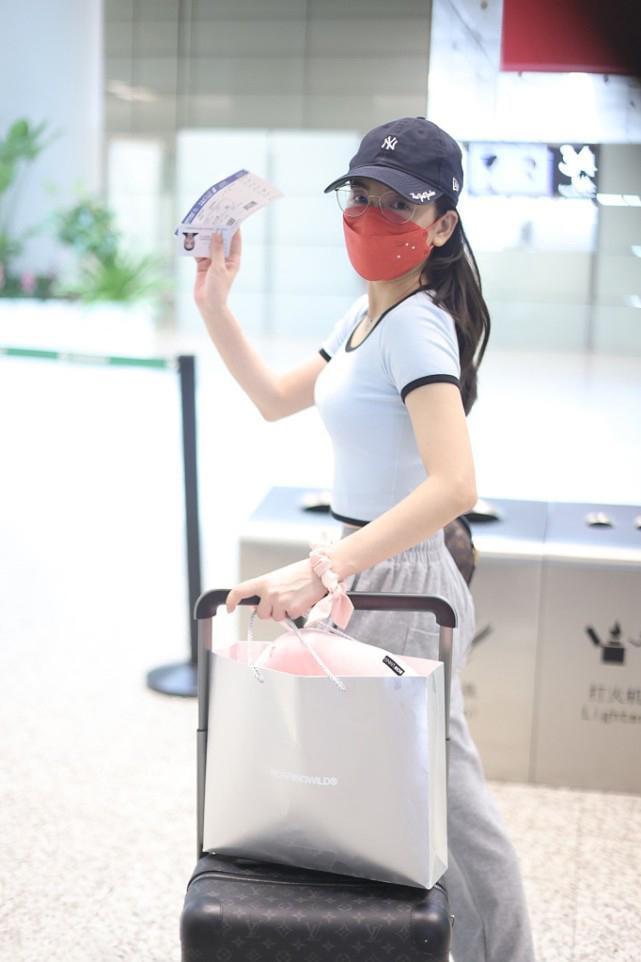 方媛穿紧身露脐装走机场,身材凸出成焦点,身上还有青春气质!