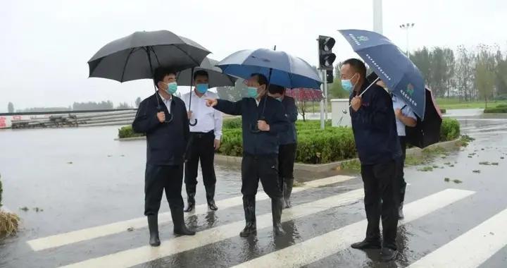 县委书记陈珍礼冒雨督导检查防汛工作