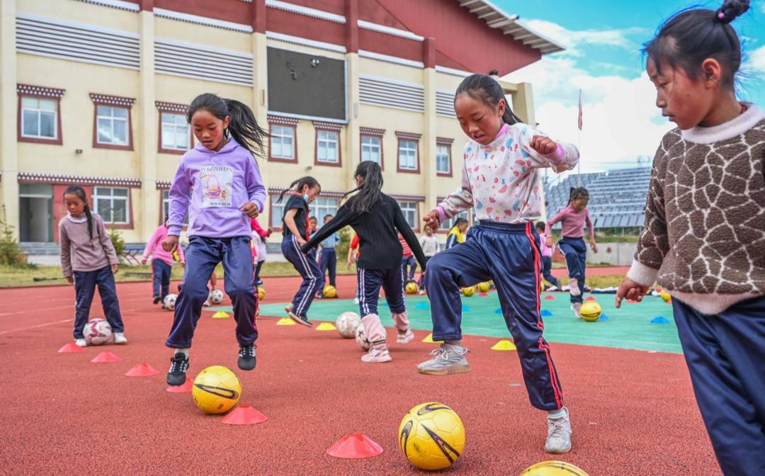 四川色达建成第一支女子足球队 支教老师用足球为高原孩子插上梦想的翅膀
