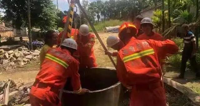 中年男子突然跳井被困 消防员紧急救援