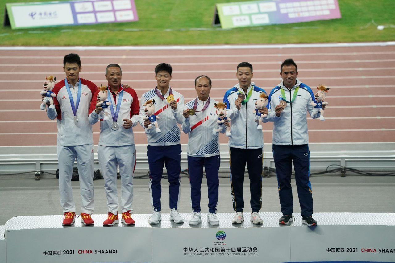 男子百米赛后颁奖仪式。新京报记者王飞摄