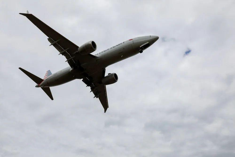美媒爆料:待交付的美國總統專機上 發現兩個空酒瓶