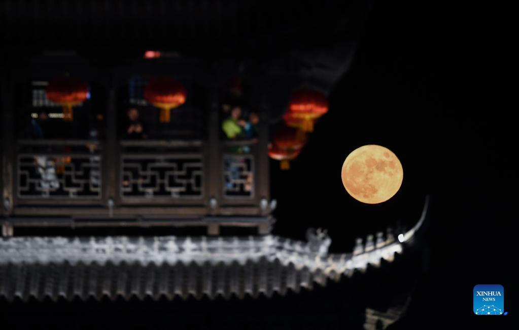 A full moon is seen at Yanzhou ancient town in Jiande City of east China's Zhejiang Province, Sept. 21, 2021. (Xinhua/Xu Yu)