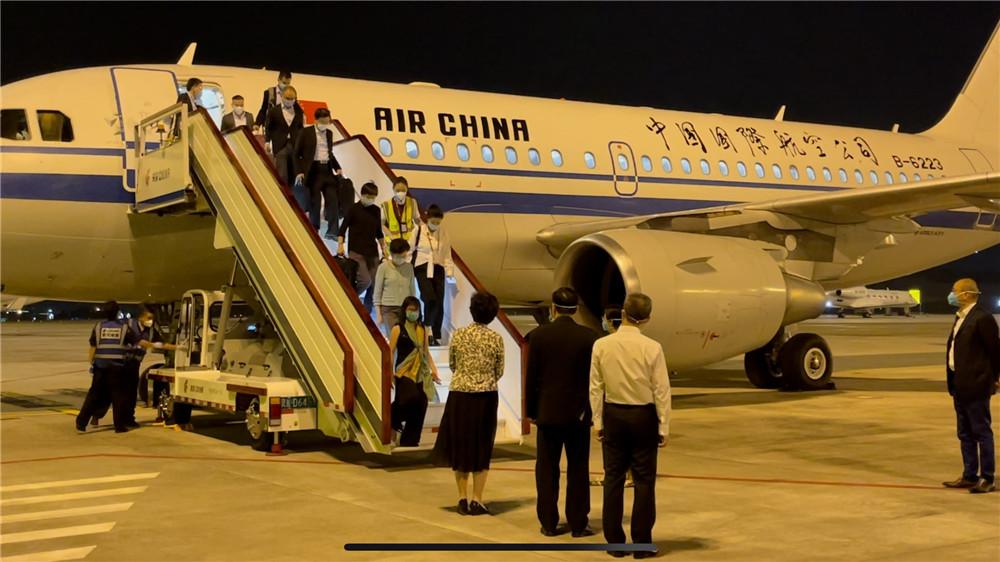 香港特首林郑月娥率团飞抵成都