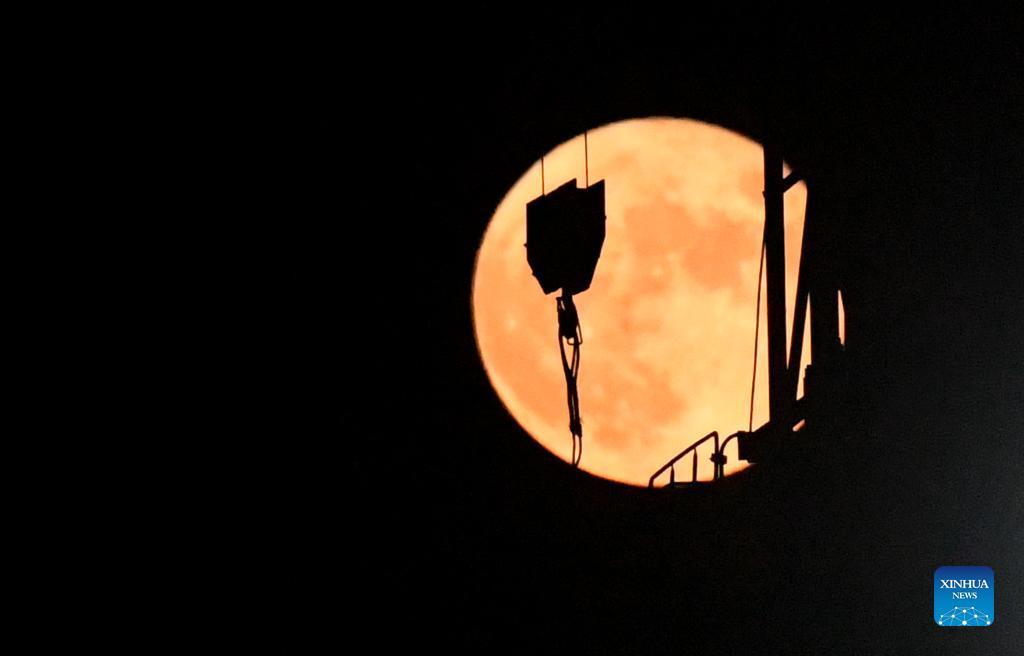 (210921) -- ZHENGZHOU, Sept. 21, 2021 (Xinhua) -- A full moon is seen in Zhengzhou, central China's Henan Province, Sept. 21, 2021. (Xinhua/Zhu Xiang)