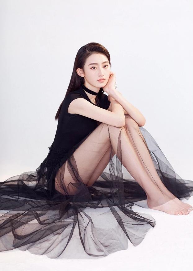 杨雨潼走红后愈发大胆,黑纱裙薄到像没穿,大方秀腿太迷人