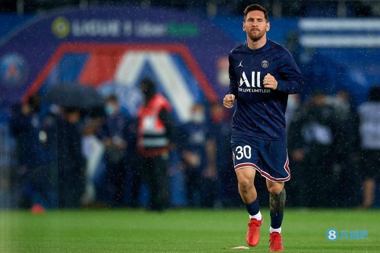 法媒:梅西疑似因与博阿滕相撞致膝盖受伤