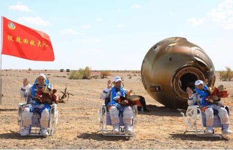 3名航天员凯旋,为何一直坐在椅子上?背后原因让人泪目
