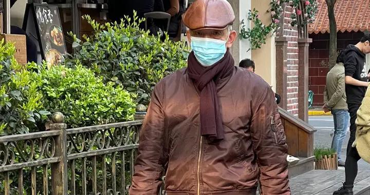 """上海6、70岁大爷""""老来俏"""",秋冬穿搭不臃肿,时尚又保暖好精致"""