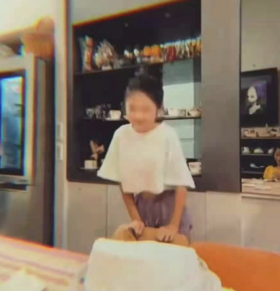 沐鸣2注册登录 曹格晒照为女儿庆生,家中装修奢华蛋糕却朴素,11岁Grace成美女