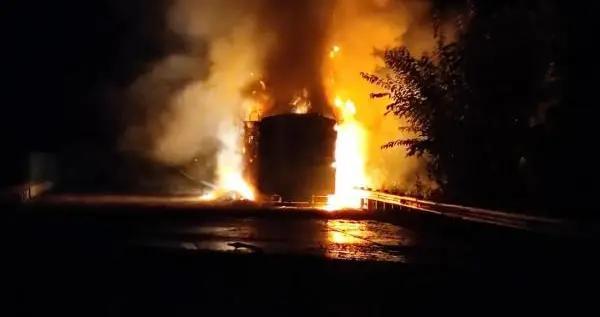 险!一货车载27吨爆竹,在贵州境内高速上突然着火……