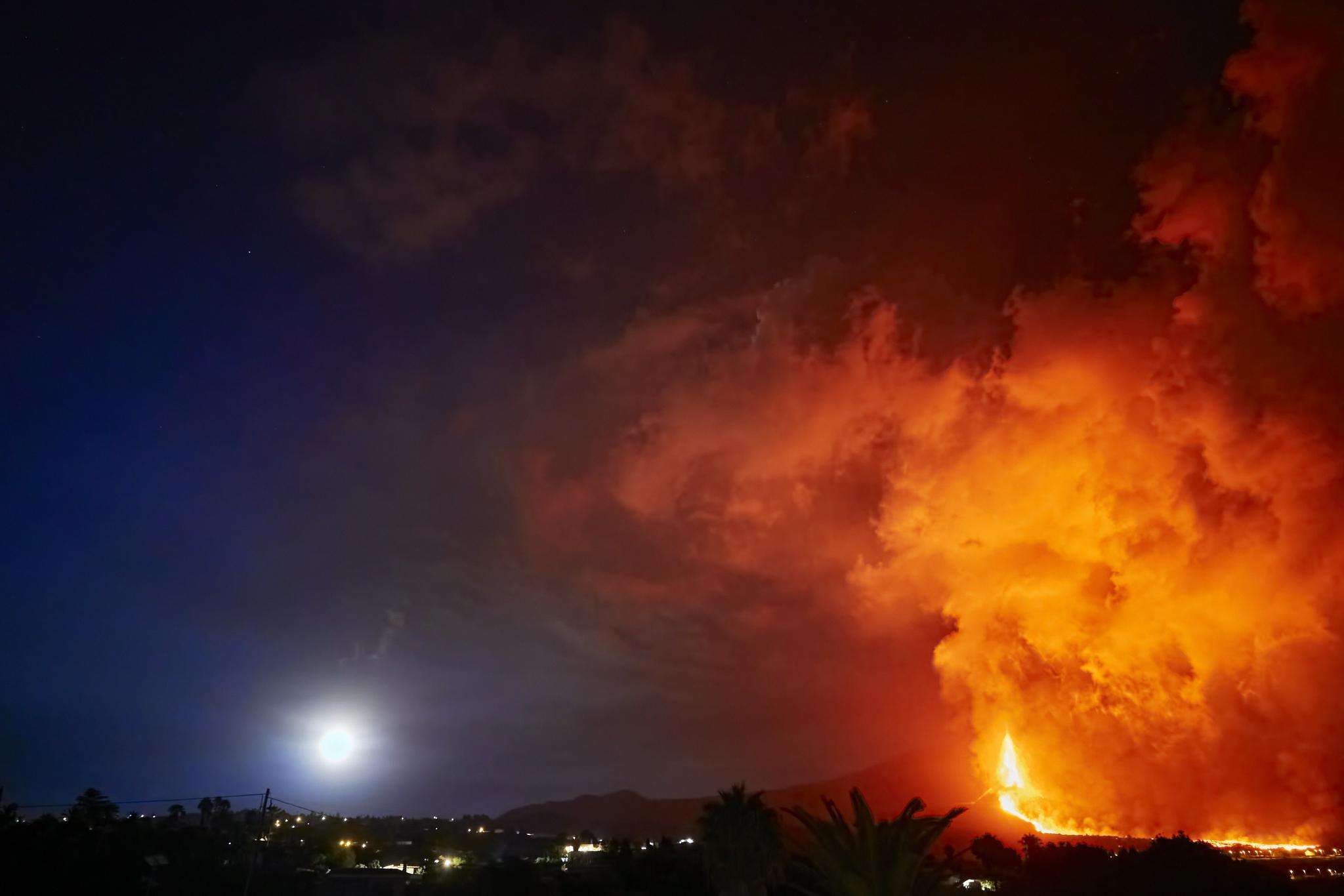 西班牙拉帕尔马岛火山猛烈喷发 大批民众紧急撤离