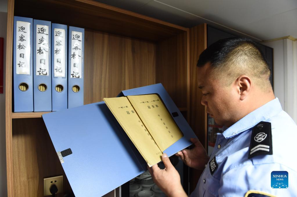 Hu Xiaochun arranges his