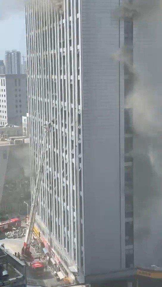 徐州鼓楼区一高层楼宇发生火灾 直升机参与现场救援