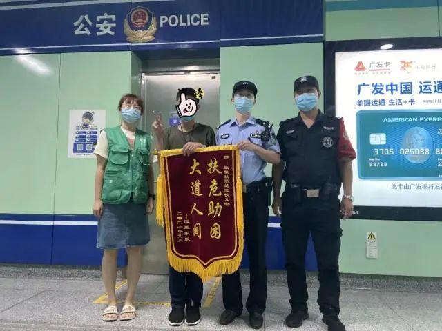 杭州地铁站民警盯上了一名17岁少年 一跟就是半年