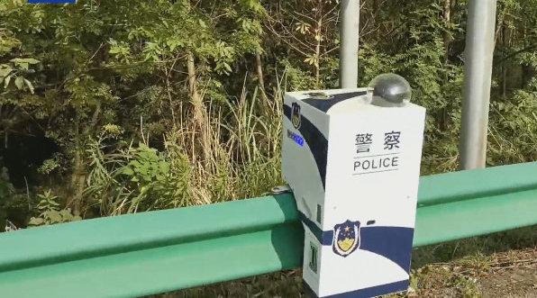 """小心被盯上!安徽高速出现""""移动的白盒子"""":巡逻机器人具备多种功能"""