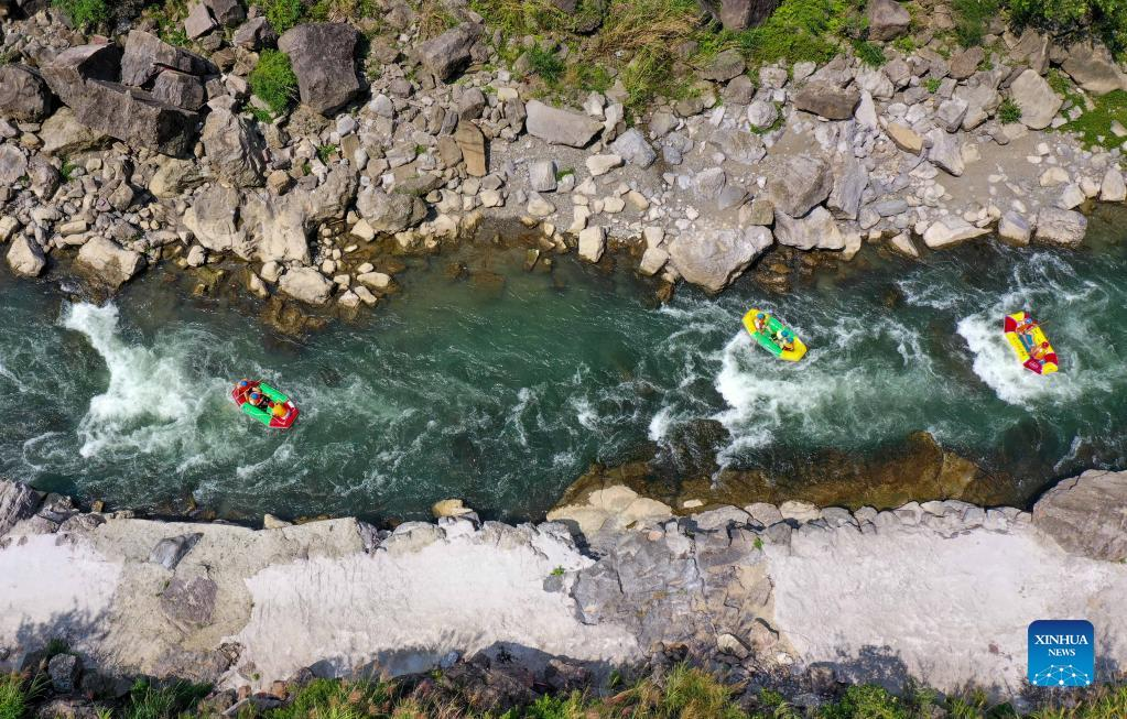 Aerial photo taken on Oct. 2, 2021 shows tourists rafting at the Great Nanjiang Canyon in Kaiyang County, southwest China's Guizhou Province. Saturday was the second day of China's week-long National Day holiday. (Photo by Hu Panxue/Xinhua)