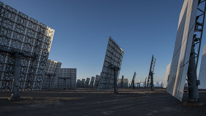 敦煌熔鹽塔式光熱電站定日鏡 圖片來源:圖蟲創意