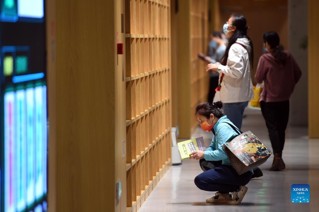 People read books at the Shijiazhuang Library in Shijiazhuang, capital of north China's Hebei Province, Oct. 6, 2021. The library hosted a series of cultural events to better entertain visitors during the week-long National Day holiday starting from Oct. 1. (Xinhua/Luo Xuefeng)