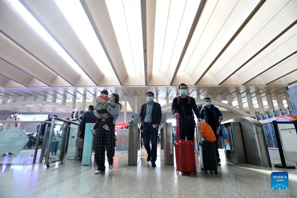 Passengers check in at the Shijiazhuang railway station in Shijiazhuang, north China's Hebei Province, Oct. 7, 2021. Transportation hubs across China are witnessing the peak of return passengers as the week-long holiday draws to an end on Thursday. (Photo by Liang Zidong/Xinhua)