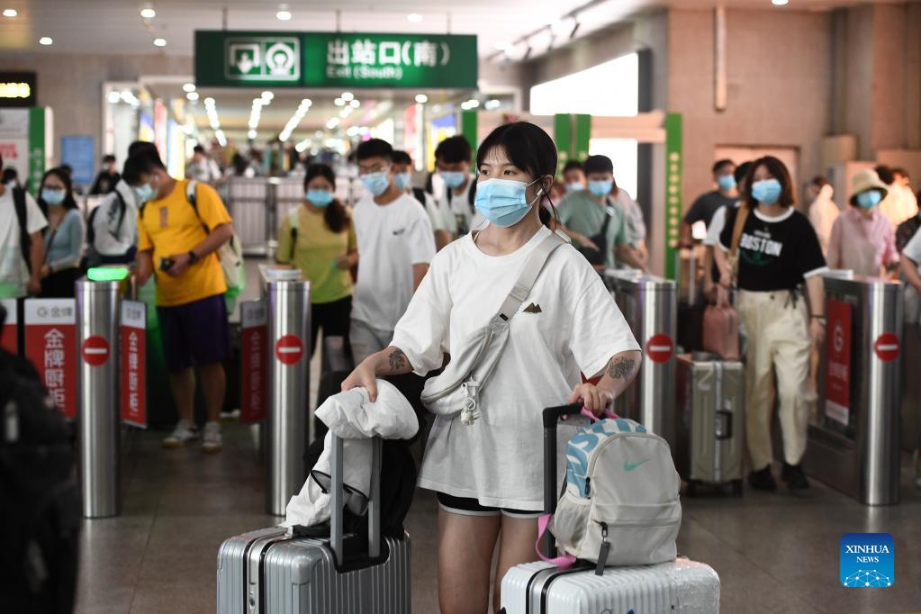 (211007) -- NANJING, Oct. 7, 2021 (Xinhua) -- Passengers exit the Nanjing railway station in Nanjing, east China's Jiangsu Province, Oct. 7, 2021. Transportation hubs across China are witnessing the peak of return passengers as the week-long holiday draws to an end on Thursday. (Photo by Yang Suping/Xinhua)