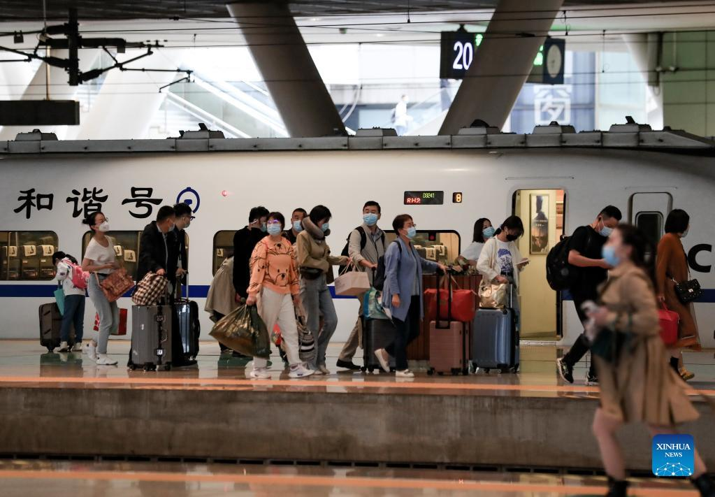 (211007) -- WUHAN, Oct. 7, 2021 (Xinhua) -- Passengers wait to board the train at the Wuhan railway station in Wuhan, central China's Hubei Province, Oct. 7, 2021. Transportation hubs across China are witnessing the peak of return passengers as the week-long holiday draws to an end on Thursday. (Photo by Zhao Jun/Xinhua)