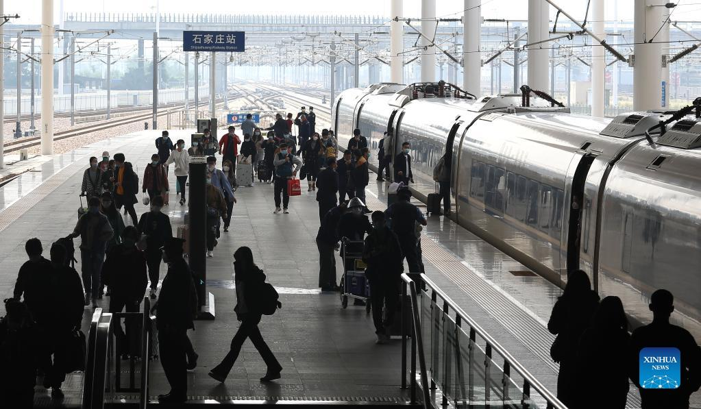 Passengers board the train at the Shijiazhuang railway station in Shijiazhuang, north China's Hebei Province, Oct. 7, 2021. Transportation hubs across China are witnessing the peak of return passengers as the week-long holiday draws to an end on Thursday. (Photo by Liang Zidong/Xinhua)