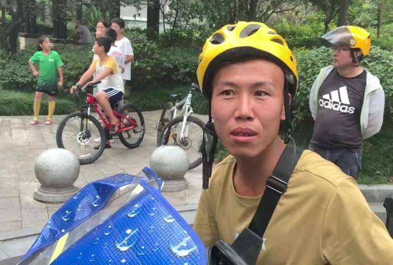 杭州一小区地下室突然起火 路过一外卖小哥前来灭火