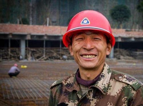 为什么全中国的农民工都喜欢穿迷彩服?难道他们也有一个军人梦?