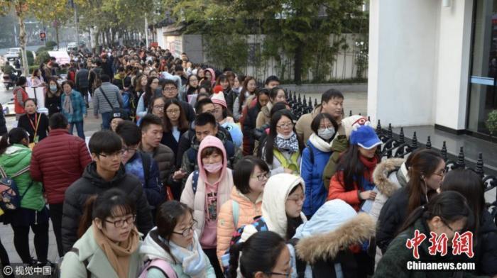 资料图:教师招聘报名确认现场。图片来源:视觉中国