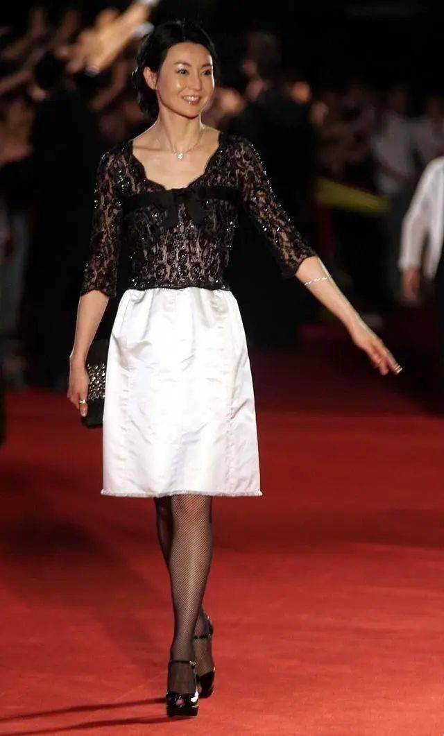 张曼玉原装脸就是抗老!穿黑色蕾丝裙精致高级,平板身材难掩风情
