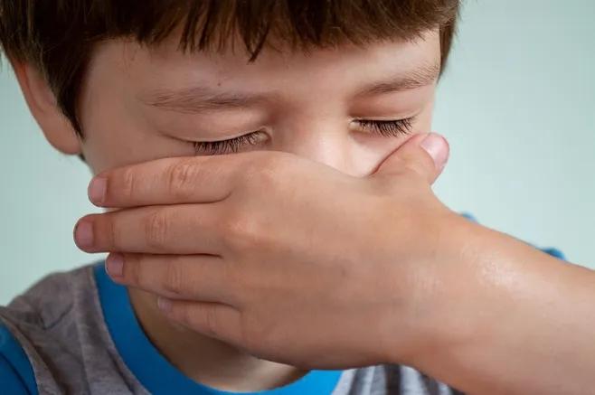 熊孩子把妈妈锁喉,给孩子最好的保护,就是告诉他哪些事不能做