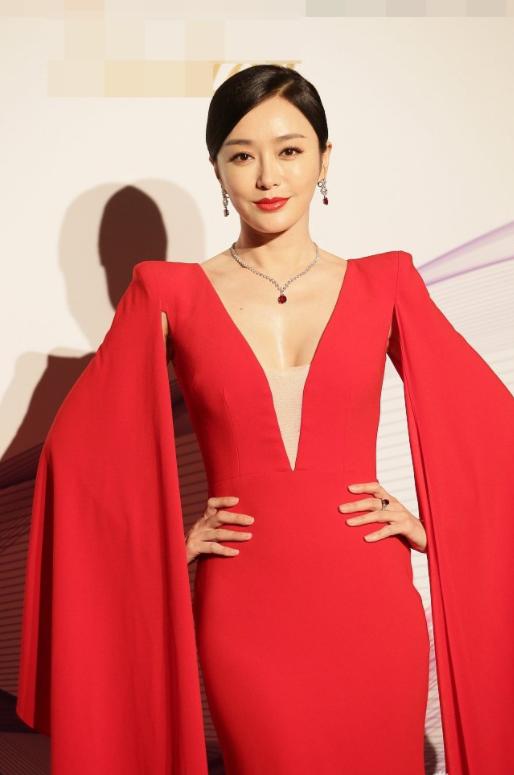 """秦岚穿衣太""""心机"""",一袭红色低胸连衣裙高贵精致,42岁还这么美"""