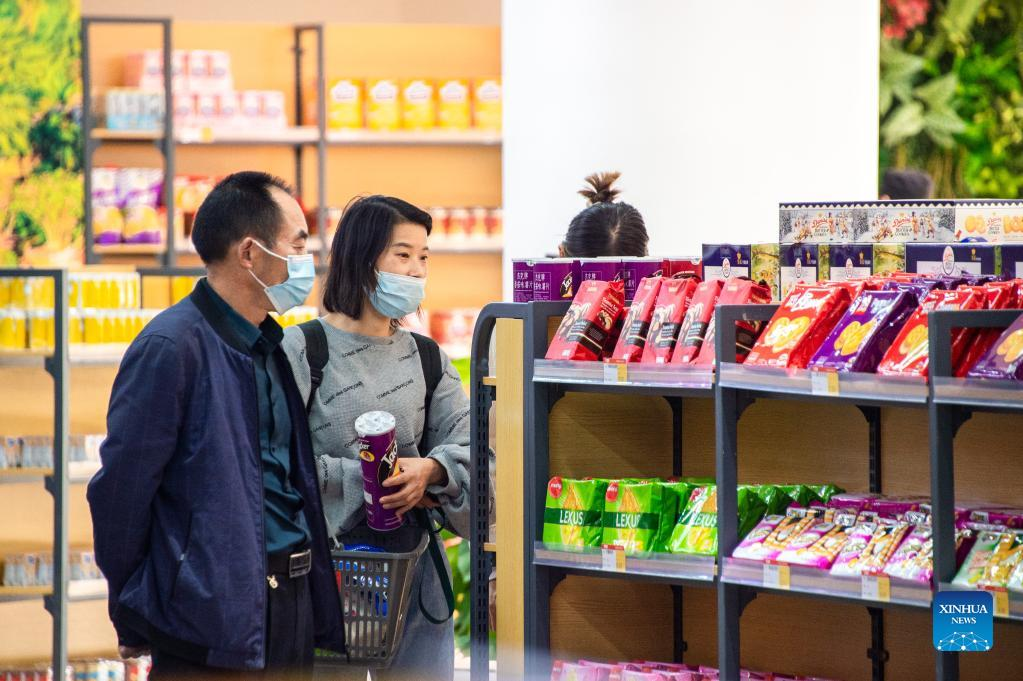 Visitors select imported products during the 2021 Global Digital Trade Conference and Wuhan (Hankoubei) Commodities Fair in Wuhan, capital of central China's Hubei Province, Oct. 12, 2021. (Photo by Wu Zhizun/Xinhua)