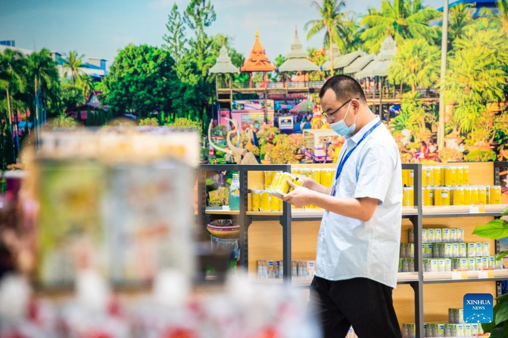 A visitor buys products the ASEAN pavillon during the 2021 Global Digital Trade Conference and Wuhan (Hankoubei) Commodities Fair in Wuhan, capital of central China's Hubei Province, Oct. 12, 2021. (Photo by Wu Zhizun/Xinhua)