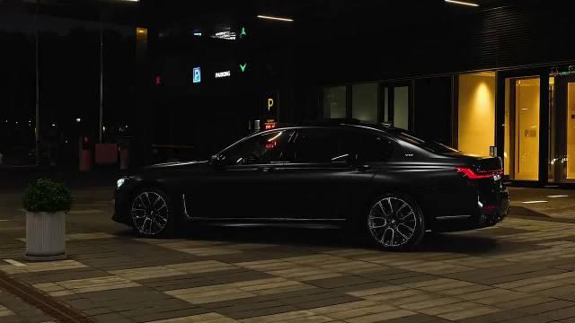 视频:宝马7系定位是一款大型D级车,作为宝马旗下的一款旗舰版车型……
