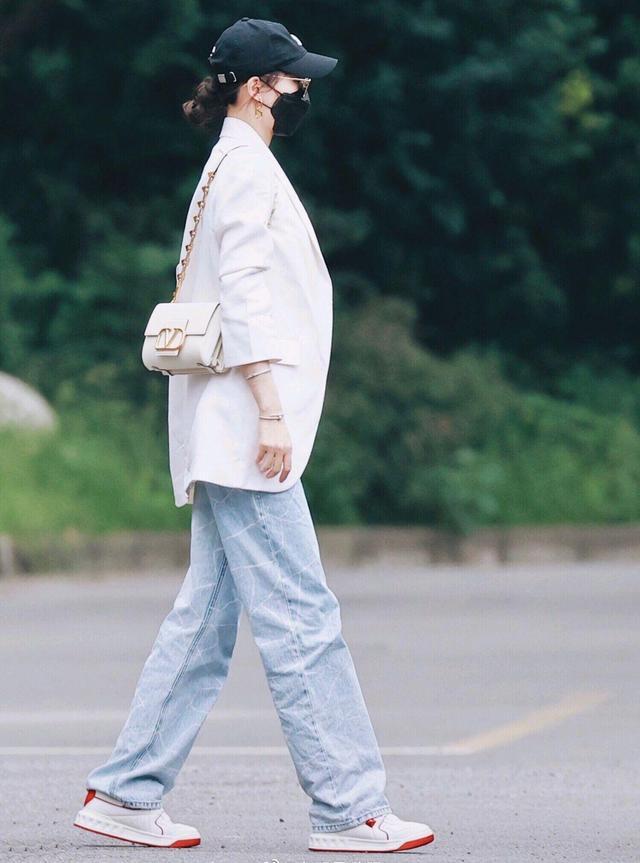 唐嫣的第一套入秋穿搭,西装外套+牛仔阔腿裤,简约实用又优雅